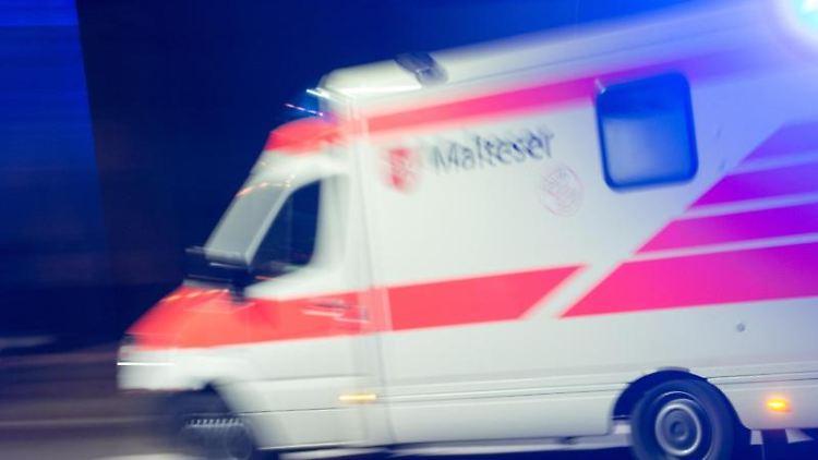 Ein Rettungswagen der Malteser fährt mit Blaulicht durch die Nacht. Foto: Patrick Seeger/Archiv