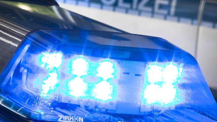 Ein Blaulicht leuchtet auf dem Dach eines Polizeiwagens. Foto: Friso Gentsch/dpa/Archiv
