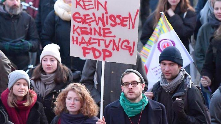 Empörte Bürger demonstrieren vor der Staatskanzlei in Erfurt mit einem Transparent. Foto: Martin Schutt/dpa-Zentralbild/dpa/Archivbild