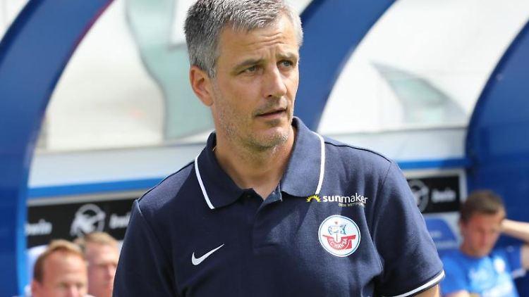 Hansa-Trainer Jens Härtel vor dem Anpfiff. Foto: Bernd Wüstneck/zb/dpa/Archiv