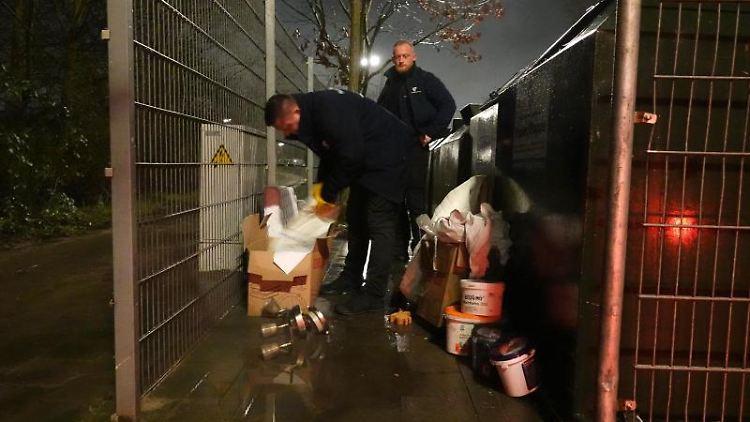 Die Mülldetektive Sebastian Orzechowski (r) und Robert Dahlke von der Abteilung WasteWatcher der Stadtreinigung Hamburg suchen nach Hinweisen, wem der illegal entsorgte Müll gehören könnte. Foto: Tim Vogel/dpa/Archivbild