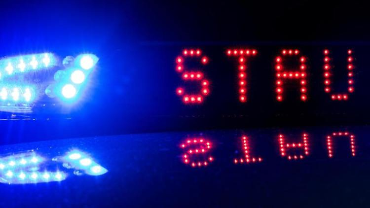 Das Blaulicht auf einem Fahrzeug der Polizei leuchtet in der Dunkelheit. Foto: Monika Skolimowska/zb/dpa/Archiv