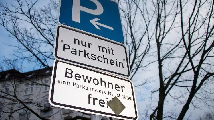 Ein Verkehrschild weist auf freies Parken für Bewohner mit Parkausweis hin. Foto: Axel Heimken/dpa/Archivbild