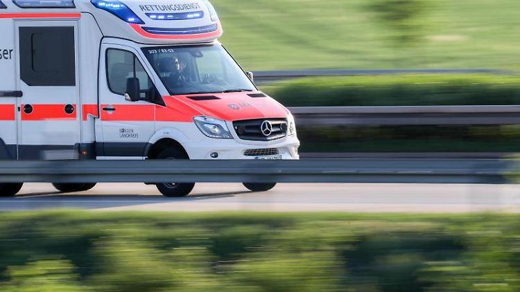 Ein Krankenwagen ist im Einsatz. Foto: Jan Woitas/zb/dpa/Archivbild