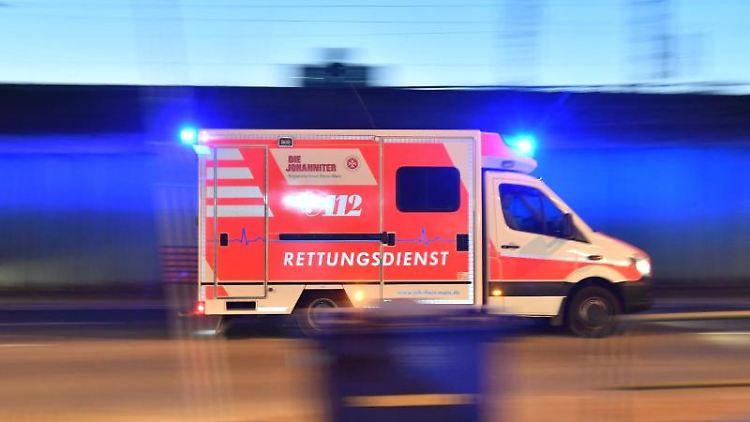 Ein Rettungswagen ist mit eingeschaltetem Blauchlicht im Einsatz. Foto: Boris Roessler/dpa