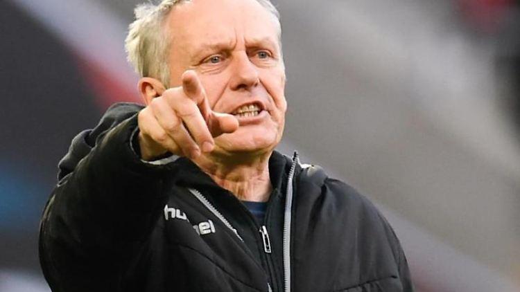 Freiburgs Trainer Christian Streich gestikuliert. Foto: Tom Weller/dpa
