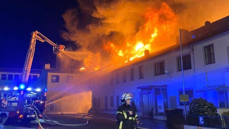 Die Feuerwehr ist bein einem Großbrand vor Ort. Foto: Nord-West-Media TV /dpa