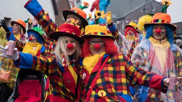 Farbenfroh verkleidete Teilnehmer des Dammer Fastnachtumzuges ziehen durch die Kleinstadt. Foto: picture alliance / Ingo Wagner/dpa