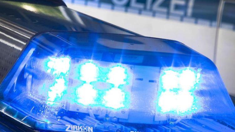 Ein Blaulicht leuchtet am auf dem Dach eines Polizeiwagens. Foto: Friso Gentsch/dpa/Archivbild
