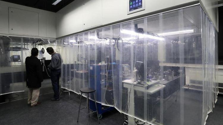 Ein Laserlabor am Institut für Physik der Universität Rostock. Foto: Bernd Wüstneck/dpa-Zentralbild/dpa