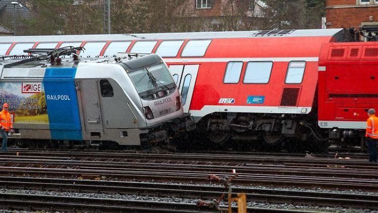 Entgleiste Züge stehen im Hauptbahnhof. Foto: Andre Höfig/dpa