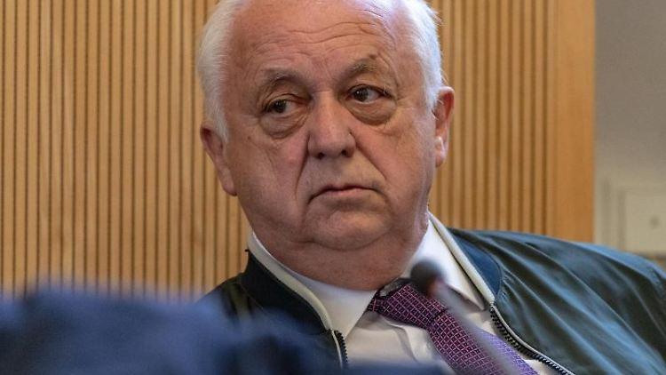 Norbert Hartl, ehemaliger Fraktionsvorsitzender der Regensburger SPD, sitzt in einem Gerichtssaal. Foto: Armin Weigel/dpa/Archivbild