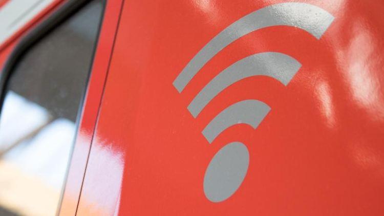 Ein WLAN-Logo steht auf einer S-Bahn mit WLAN. Foto: Fabian Sommer/dpa/Archivbild