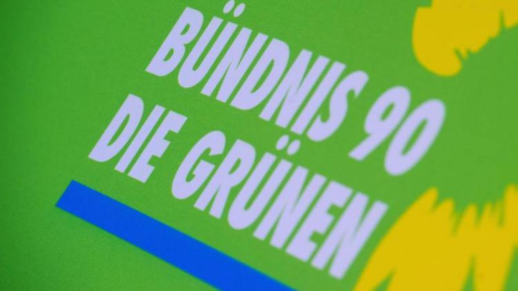 Das Logo von Bündnis 90/Die Grünen auf einem Aufsteller der Partei. Foto: Stefan Sauer/Archiv