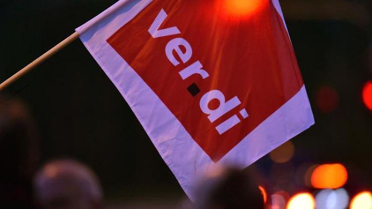 Eine Fahne der Gewerkschaft Verdi. Foto: Ralf Hirschberger/dpa-Zentralbild/Archiv