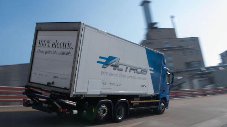 Ein Elektro-Lastwagen eActros von Mercedes-Benz fährt nach der Jahrespressekonferenz der Daimler-Nutzfahrzeugsparte auf der Daimler-Teststrecke. Foto: Marijan Murat/dpa/Archivbild