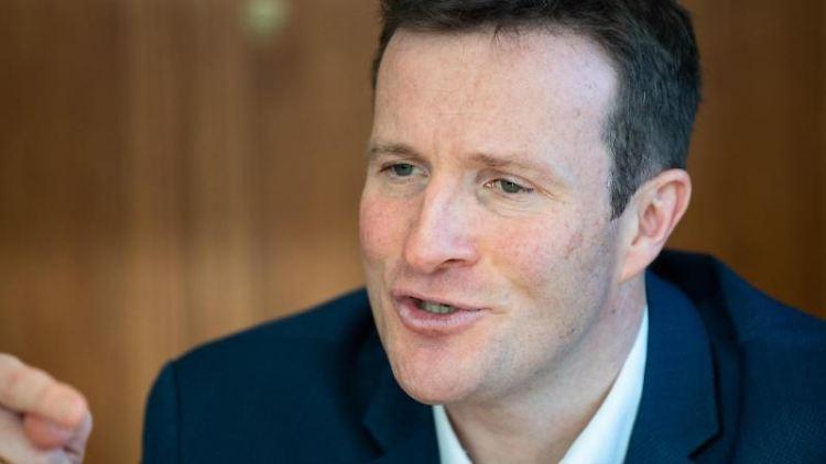 Martin Körner (SPD) reagiert auf einer Pressekonferenz. Foto: Tom Weller/dpa/Archivbild