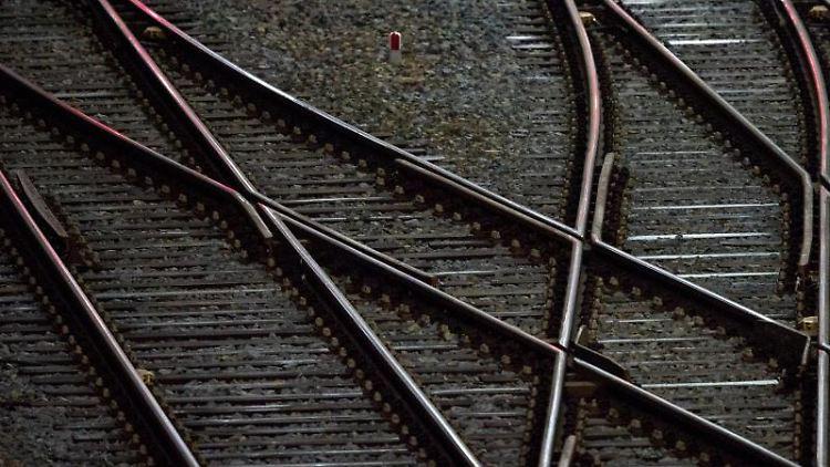 Gleise sind vor einem Bahnhof zu sehen. Foto: Hendrik Schmidt/zb/dpa/Archivbild