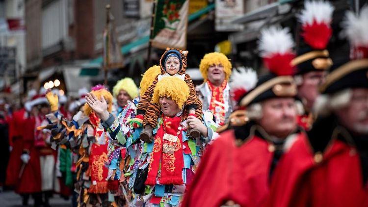 Die Karnevalsgarde marschiert auf den Marktplatz. Foto: Fabian Strauch/dpa/Archivbild