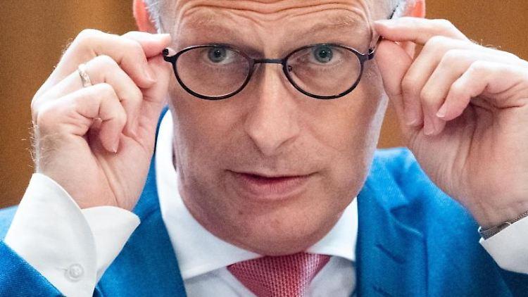 Peter Tschentscher (SPD), Erster Bürgermeister von Hamburg, rückt während der Sitzung der Hamburgischen Bürgerschaft im Rathaus seine Brille zurecht. Foto: Daniel Reinhardt/dpa/Archivbild