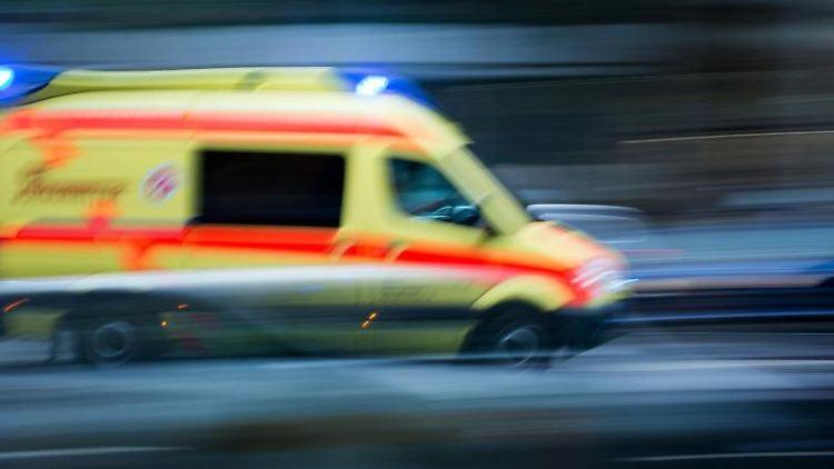 Ein Krankenwagen im Einsatz. Foto: Arno Burgi/dpa-Zentralbild/dpa/Archivbild