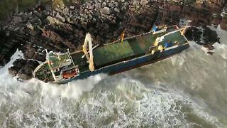 """In den Klippen bei Ballycotton: Die fast 80 Meter lange """"MV Alta"""" sitzt fest auf den Felsen auf."""