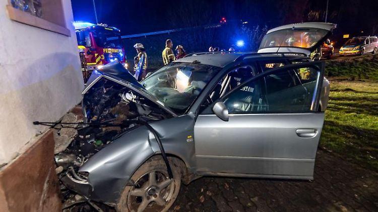 Der Unfallwagen steht an der Hauswand. Foto: Markus Klümper/visual inform/dpa