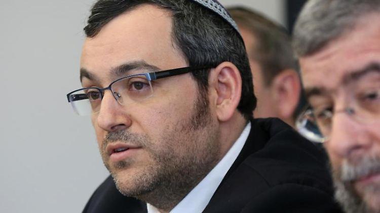 Rabbiner Avichai Apel spricht bei einer Pressekonferenz. Foto: picture alliance / dpa / Archivbild