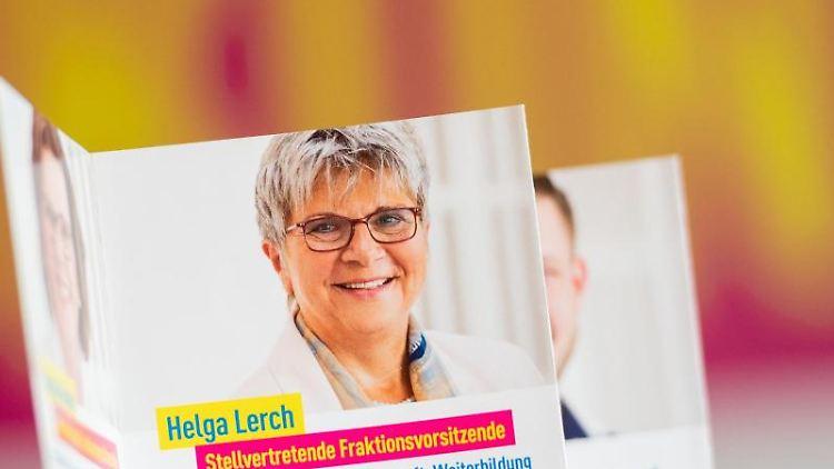 Ein FDP-Prospekt mit dem Porträt von Helga Lerch. Foto: Andreas Arnold/dpa/Archivbild