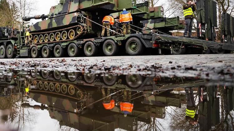 Eine Panzerhaubitze der US-Armee wird während der Übung