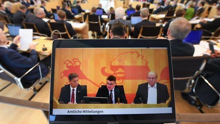 Ein Livestream der Plenarsitzung des hessischen Landtags. Foto: Arne Dedert/dpa