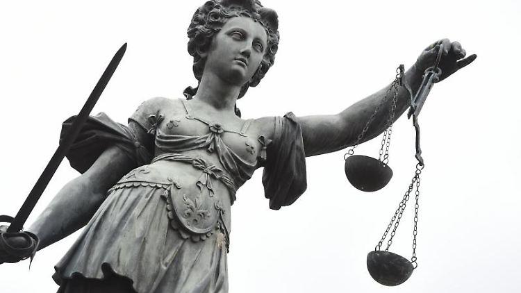 Eine Bronze-Plastik der römischen Göttin der Gerechtigkeit, Justitia. Foto: picture alliance/dpa/Symbolbild