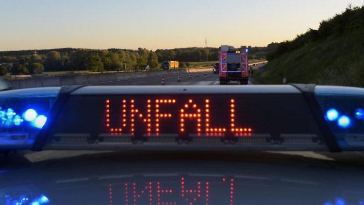 Polizeiwagen mit Blaulicht und Unfallwarnung. Foto: Stefan Puchner/dpa/Symbolbild