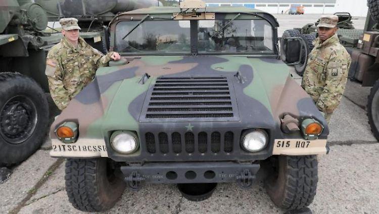 US-Soldaten stehen auf dem Gelände der Greifen-Kaserne der Bundeswehr. Foto: Bernd Wüstneck/dpa-Zentralbild/dpa
