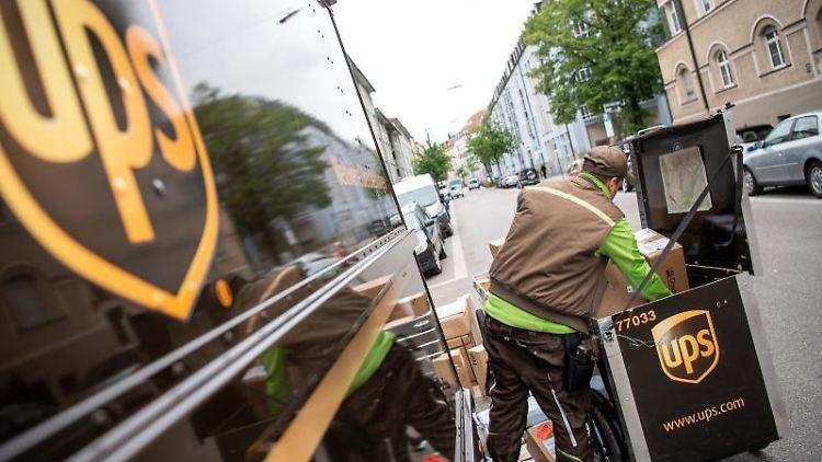 Ein Paketbote von UPS lädt Pakete in einen Transporter. Foto: Sina Schuldt/dpa/Archivbild