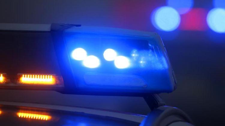 Ein eingeschaltetes Blaulicht leuchtet auf einer Polizeistreife. Foto: Karl-Josef Hildenbrand/dpa/Archivbild