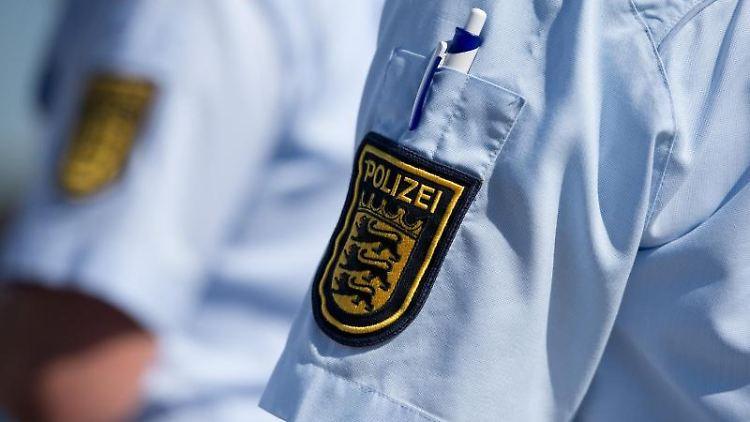 Das Logo der baden-württembergischen Polizei ist an einem Hemd zu sehen. Foto: picture alliance/dpa/Archivbild
