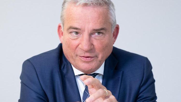 Thomas Strobel (CDU), Innenminister von Baden-Württemberg, gestikuliert. Foto: Bernd Weißbrod/dpa/Archivbild