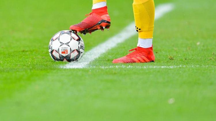Ein Fußball-Spiel. Foto: Uwe Anspach/dpa/Symbolbild