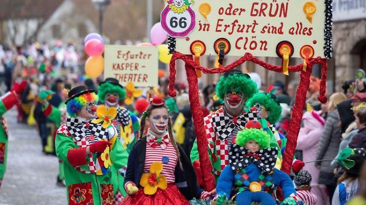 Narren beim großem Festumzug in Wasungen. Foto: Michael Reichel/dpa
