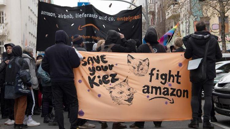 Linke Gruppen demonstrieren in der Rigaer Straße gegen den Neubau des Internetkonzerns Amazon. Foto: Paul Zinken/dpa