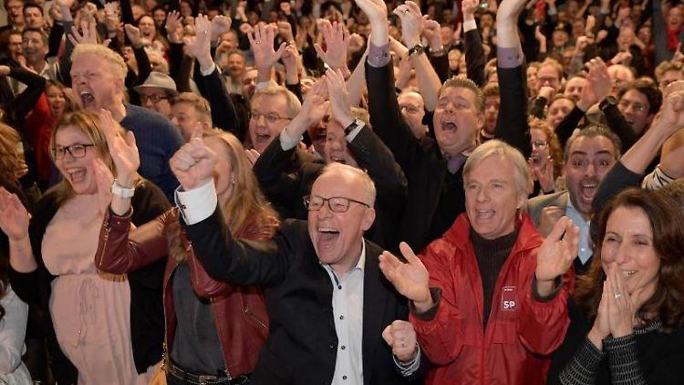 Anhänger der SPD jubeln auf der Wahlparty ihrer Partei. Foto: Axel Heimken/dpa