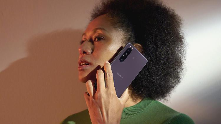 Xperia 1 II Lifestyle_Purple.jpg