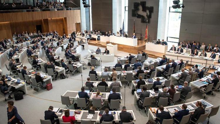 Der Plenarsaal des Landtags Niedersachsen während einer Landtagssitzung. Foto: Sina Schuldt/dpa/Archivbild