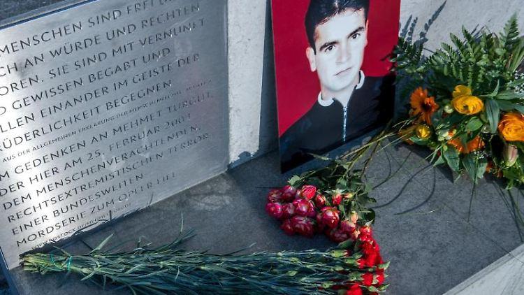 Ein Bild des NSU-Opfers Mehmet Turgut steht bei der Gedenkstunde am Todestag an der Gedenkstätte am Tatort. Foto: Jens Büttner/zb/dpa/Archivbild