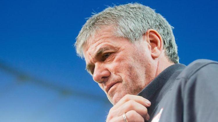Trainer Friedhelm Funkel vor einem Spiel.jpg