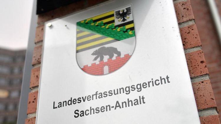 Blick auf ein Hinweisschild am Landesverfassungsgericht Sachsen-Anhalt in Dessau-Roßlau. Foto: Hendrik Schmidt/dpa-Zentralbild/dpa/Archivbild