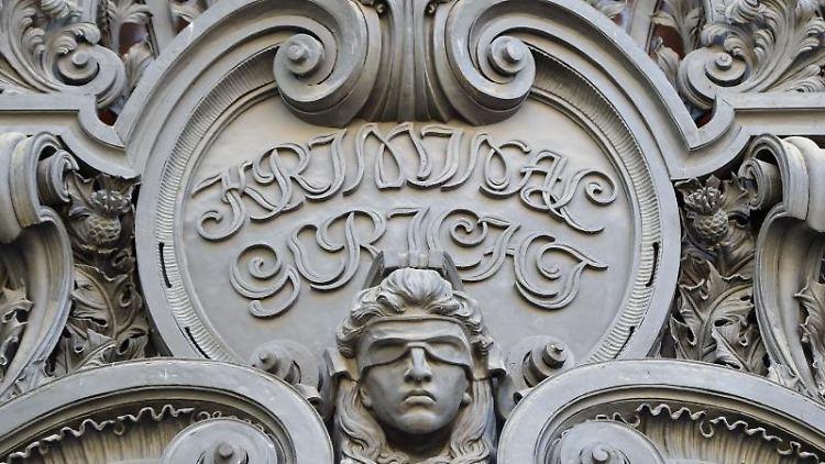 Das Konterfei der Justitia am Eingang zum Gerichtsgebäude an der Turmstraße. Foto: Britta Pedersen/dpa-Zentralbild/dpa/Archivbild