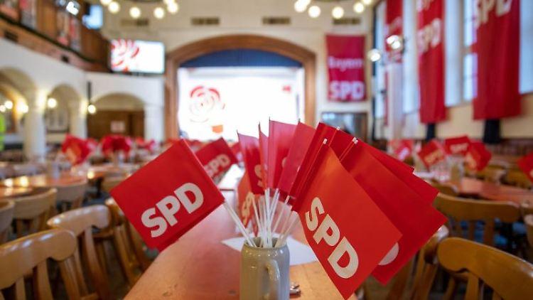 SPD-Fähnchen stecken in einem Krug. Foto: Daniel Karmann/dpa