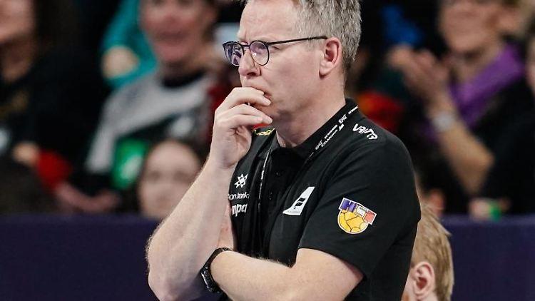Trainer Gudmundur Thordur Gudmundsson am Spielfeldrand. Foto: Uwe Anspach/dpa/Archivbild